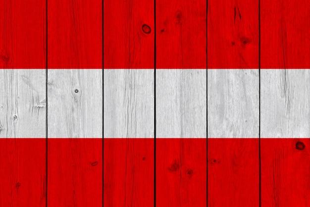 Bandeira da áustria pintada na prancha de madeira velha