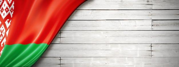 Bandeira da bielorrússia na velha parede branca. faixa panorâmica horizontal.