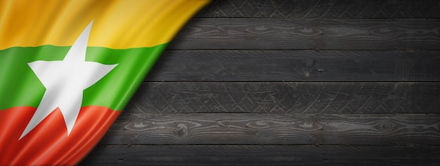 Bandeira da birmânia mianmar na parede de madeira preta