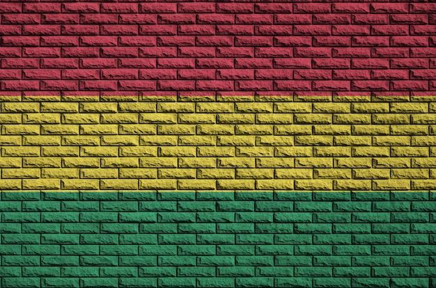 Bandeira da bolívia é pintada em uma parede de tijolos antigos