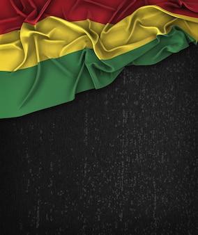 Bandeira da bolívia vintage em um quadro negro do grunge com espaço para o texto