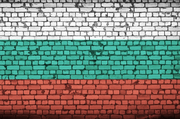 Bandeira da bulgária é pintada em uma parede de tijolos antigos