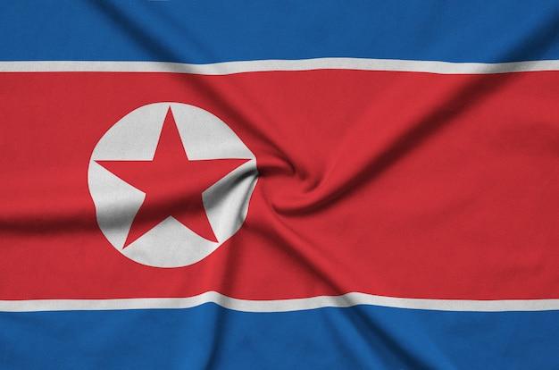 Bandeira da coreia do norte com muitas dobras.