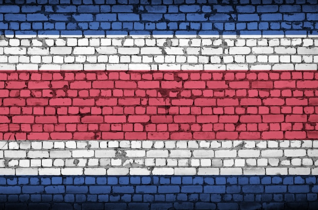 Bandeira da costa rica é pintada em uma parede de tijolos antigos