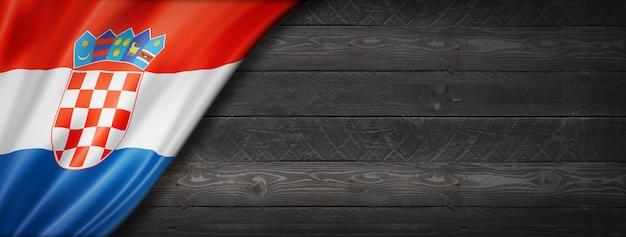 Bandeira da croácia na parede de madeira preta. banner panorâmico horizontal.