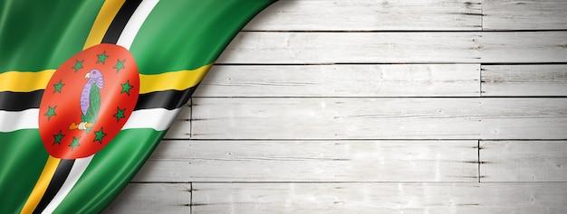 Bandeira da dominica no velho piso de madeira branco