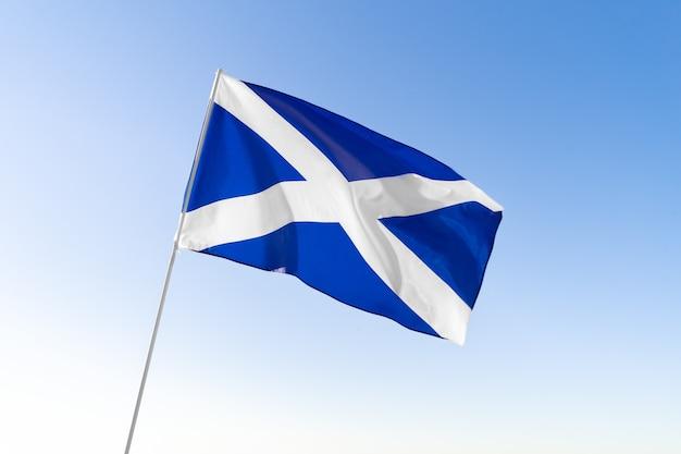 Bandeira da escócia tremulando em um céu azul claro