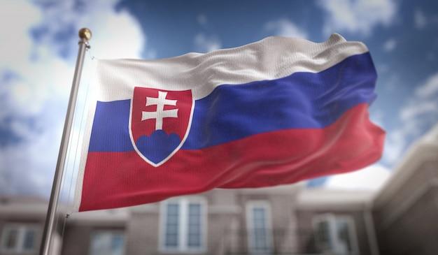 Bandeira da eslováquia 3d rendering no fundo do edifício do céu azul