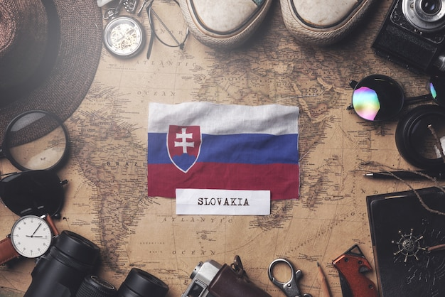 Bandeira da eslováquia entre acessórios do viajante no antigo mapa vintage. tiro aéreo