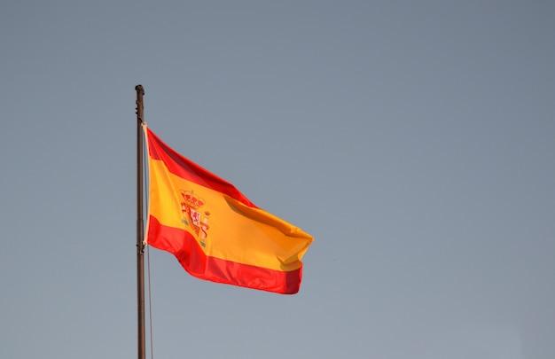 Bandeira da espanha ao vento com um céu azul