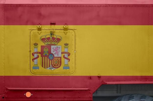 Bandeira da espanha descrita na parte lateral do close up militar do caminhão blindado. forças armadas fundo conceitual