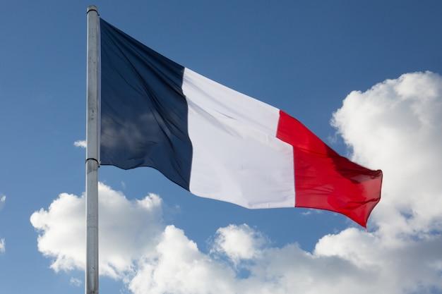 Bandeira da frança, balançando ao vento, no céu