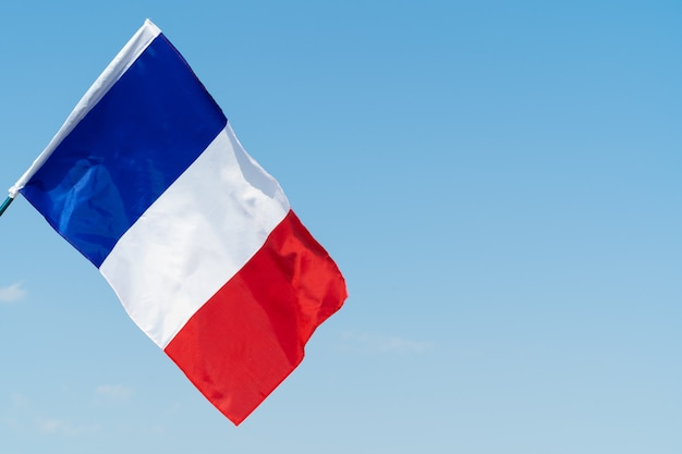 Bandeira da frança balançando ao vento no céu