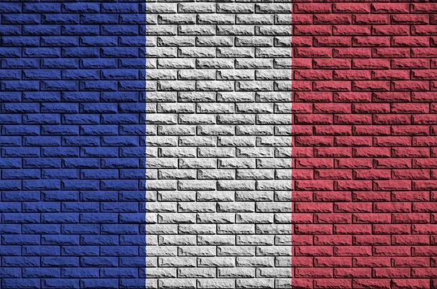 Bandeira da frança é pintada em uma parede de tijolos antigos