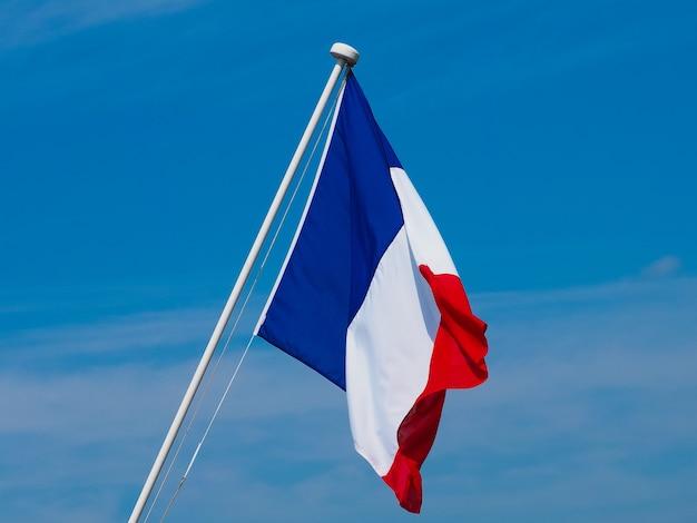 Bandeira da frança sobre o céu azul