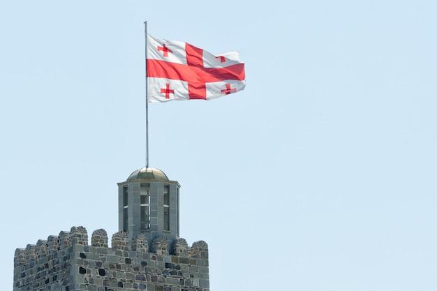 Bandeira da geórgia no topo da fortaleza. céu claro no