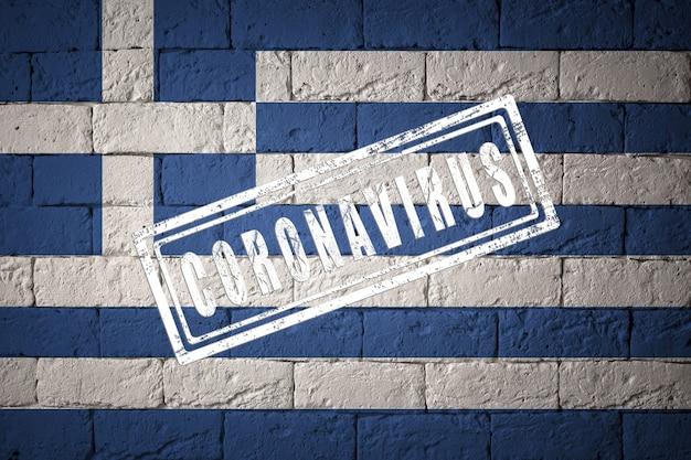 Bandeira da grécia com proporções originais. carimbado de coronavirus. textura da parede de tijolo. conceito de vírus corona. à beira de uma pandemia covid-19 ou 2019-ncov.