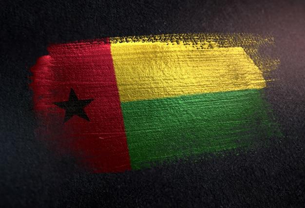 Bandeira da guiné-bissau, feita de tinta de pincel metálico na parede escura de grunge