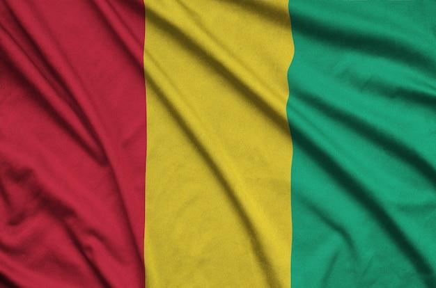 Bandeira da guiné com muitas dobras.