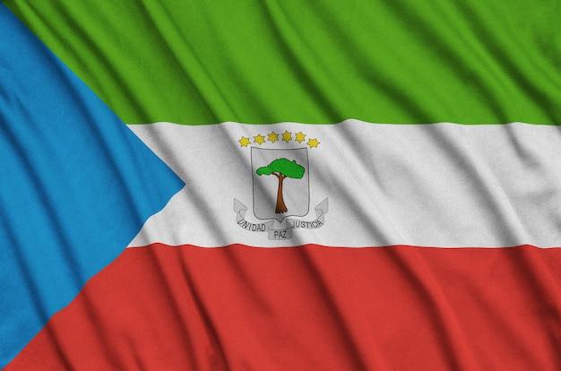 Bandeira da guiné equatorial com muitas dobras.
