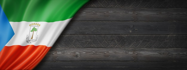 Bandeira da guiné equatorial na parede de madeira preta