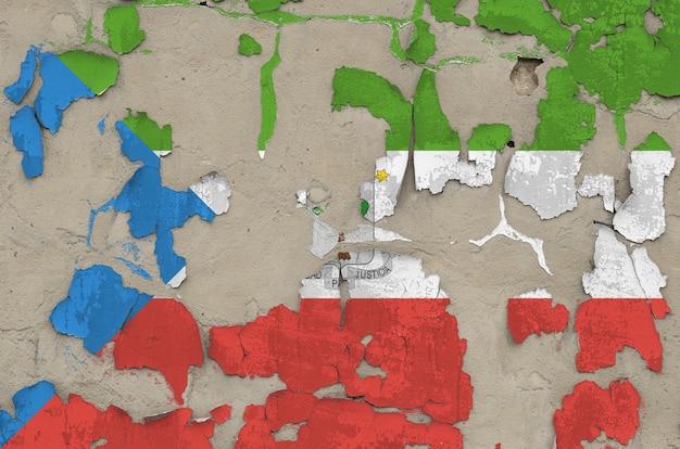 Bandeira da guiné equatorial, retratada em cores de tinta no velho muro de concreto desarrumado obsoleto closeup fundo