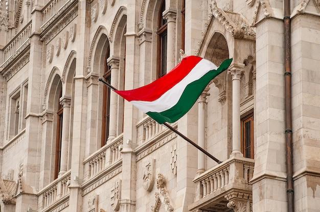Bandeira da hungria no edifício do parlamento em budapeste