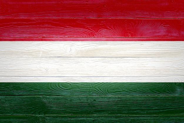 Bandeira da hungria pintada em fundo de prancha de madeira velha