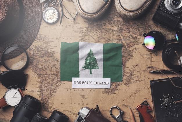 Bandeira da ilha norfolk entre acessórios do viajante no antigo mapa vintage. tiro aéreo