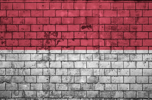 Bandeira da indonésia é pintada em uma parede de tijolos antigos