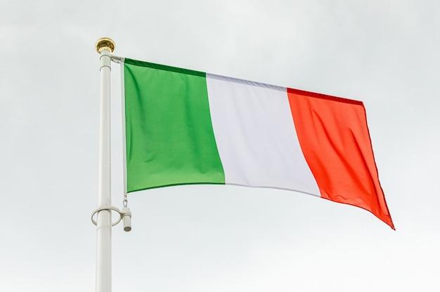 Bandeira da itália com listras verticais verdes, brancas e vermelhas