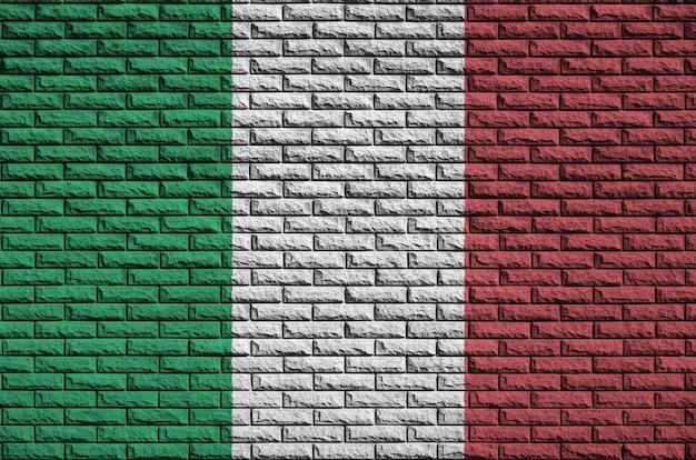 Bandeira da itália é pintada em uma parede de tijolos antigos