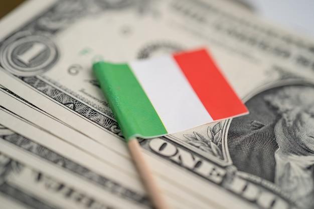 Bandeira da itália em dinheiro das notas de dólar americano, conceito de finanças.