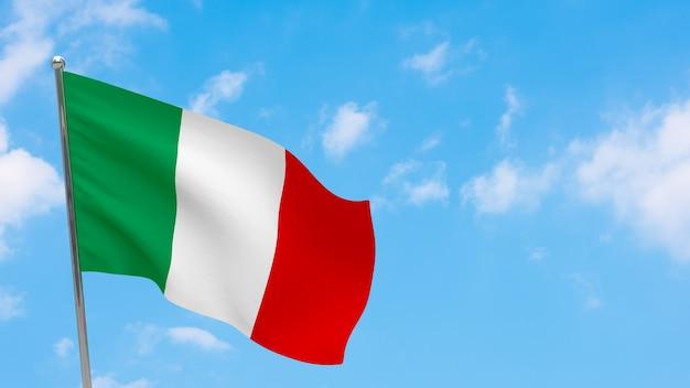 Bandeira da itália na pole. céu azul. bandeira nacional da itália