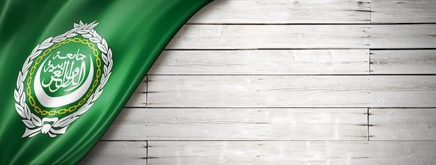 Bandeira da liga árabe na velha parede branca. faixa panorâmica horizontal.