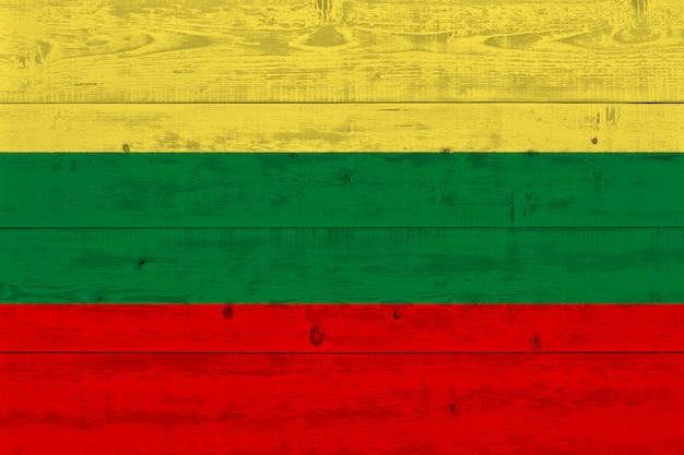 Bandeira da lituânia pintada na prancha de madeira velha