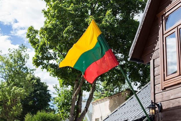 Bandeira da lituânia se desenvolve na parede da casa