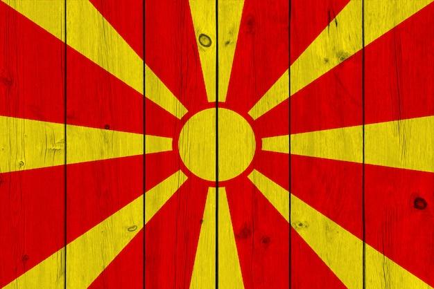 Bandeira da macedônia pintada na prancha de madeira velha