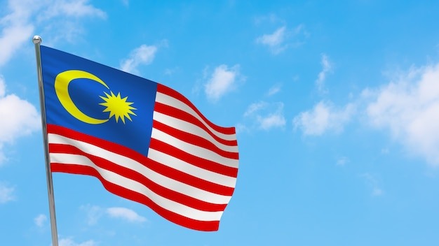 Bandeira da malásia na pole. céu azul. bandeira nacional da malásia