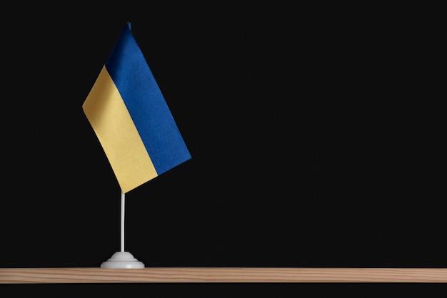 Bandeira da mesa nacional da ucrânia na parede preta