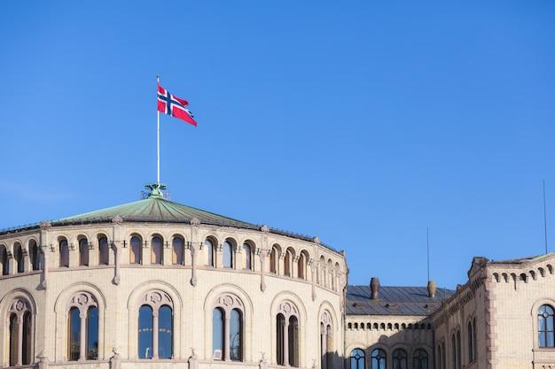 Bandeira da noruega no telhado do edifício do parlamento