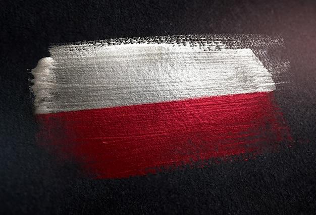Bandeira da polónia feita de tinta de pincel metálico na parede escura de grunge
