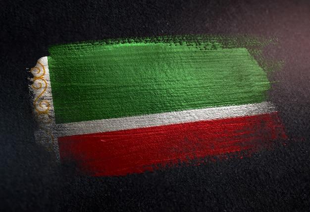 Bandeira da república chechena feita de tinta pincel metálico na parede escura de grunge