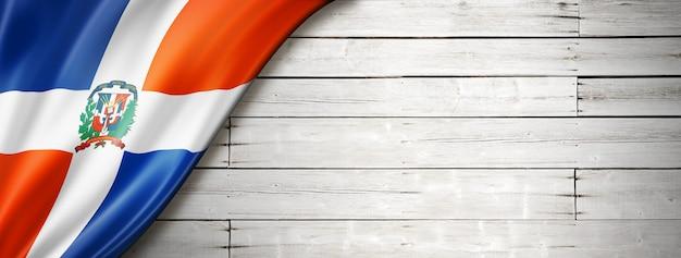 Bandeira da república dominicana no velho piso de madeira branco