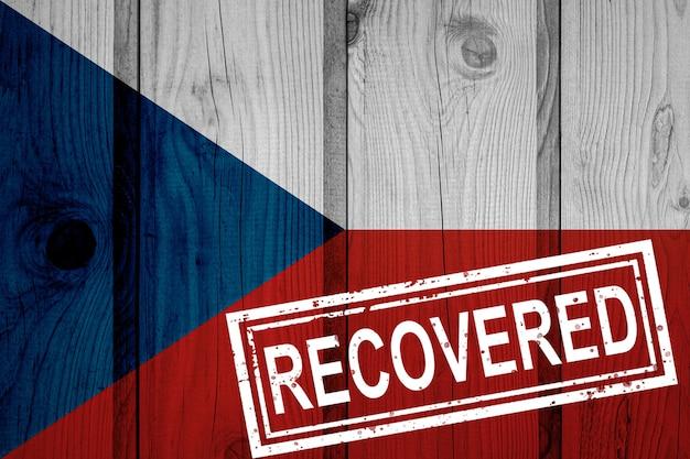 Bandeira da república tcheca que sobreviveu ou se recuperou das infecções da epidemia do vírus corona ou coronavírus. bandeira do grunge com selo recuperado