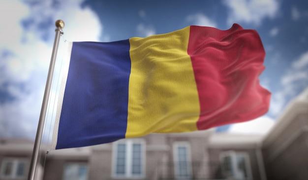 Bandeira da romênia 3d rendering no fundo do edifício do céu azul
