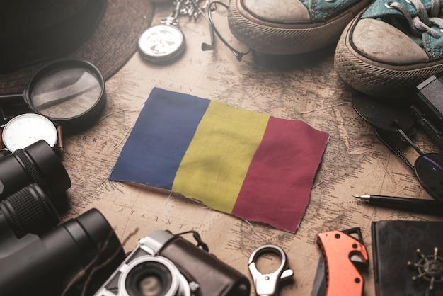 Bandeira da romênia entre acessórios do viajante no antigo mapa vintage. conceito de destino turístico.