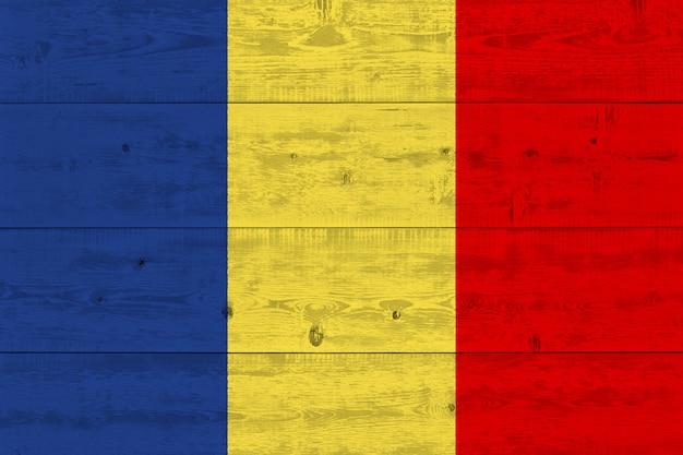 Bandeira da roménia pintada na prancha de madeira velha