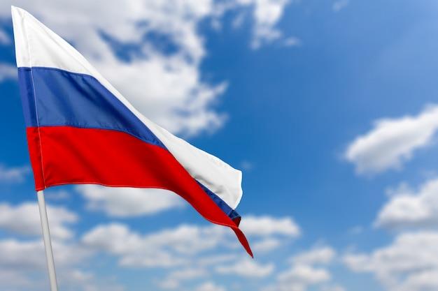 Bandeira da rússia contra o céu azul