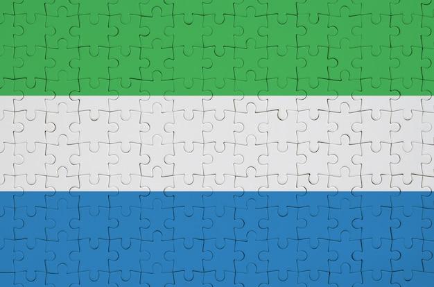 Bandeira da serra leoa é retratada em um quebra-cabeça dobrado